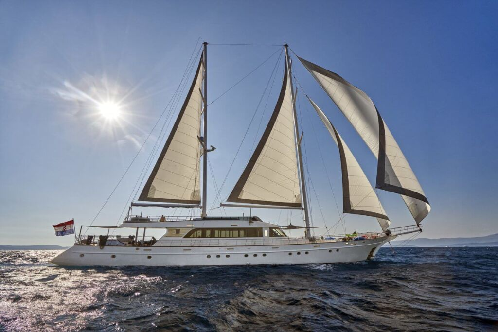 Amazing-yacht-Lady-Gita-LUXURY-CHARTER